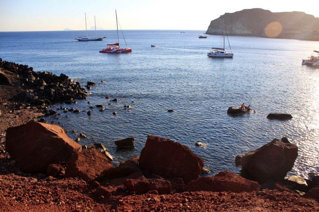 plage-rouge-santorin